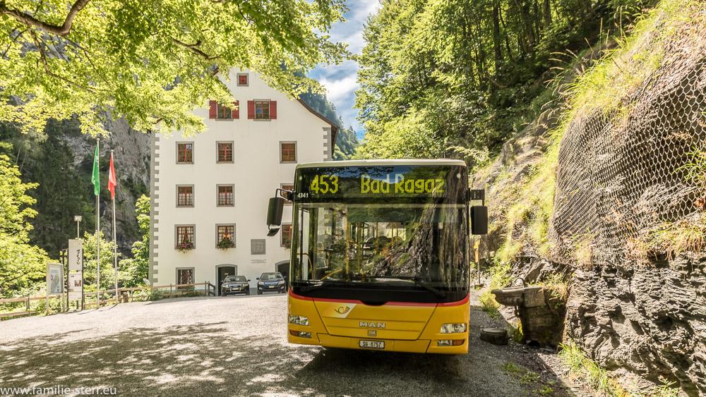 Der Bus (Postauto) vor dem alten Bad Pfäfers