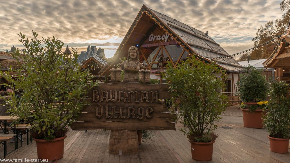 Eingang zum Bavarian Village in der Herbstsonne im Hyde Park