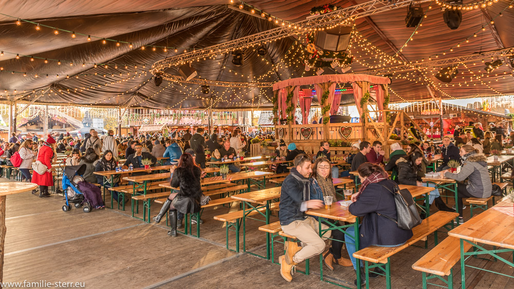 überdachter Biergarten im Bavarian Village, Hyde Park, London