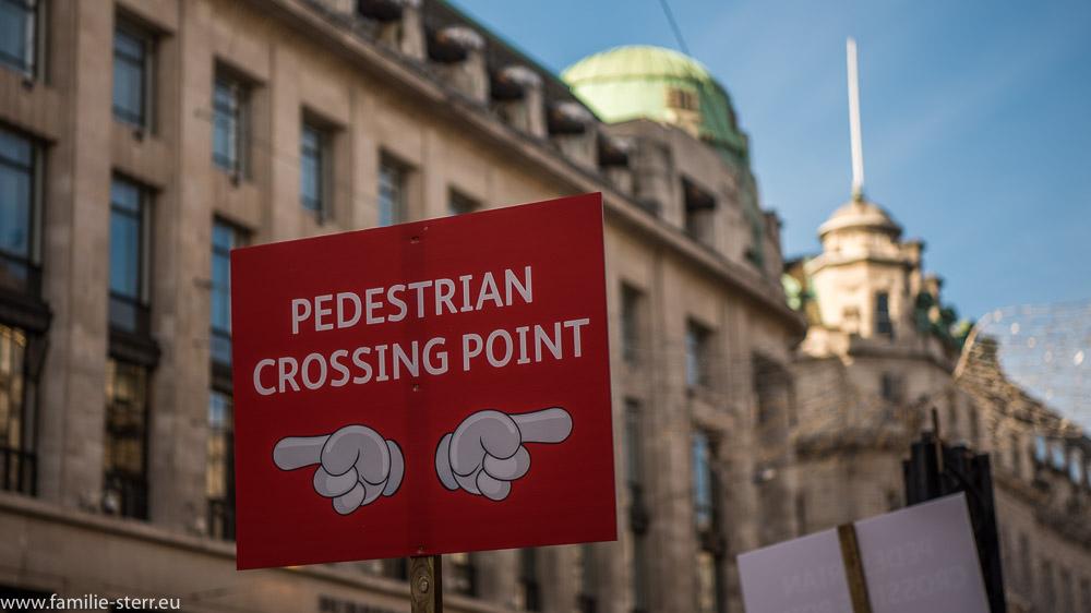 Hinweisschild auf einen Fußgängerüberweg an der Regent Street in London
