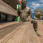 Bronzefiguren halten eine Sitzbank in Bad Ragaz
