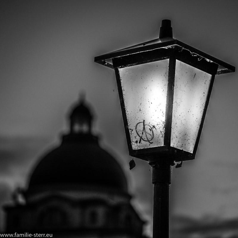 Lampe vor der Kuppel der bayerischen Staatskanzlei