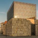 die Sonne spiegelt sich in der Glasfassade der Ohel Jakob Synagoge München