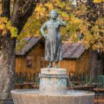 der Liesl-Karlstadt-Brunnen an Münchner Viktualienmarkt vor herbstlich bunten Blättern
