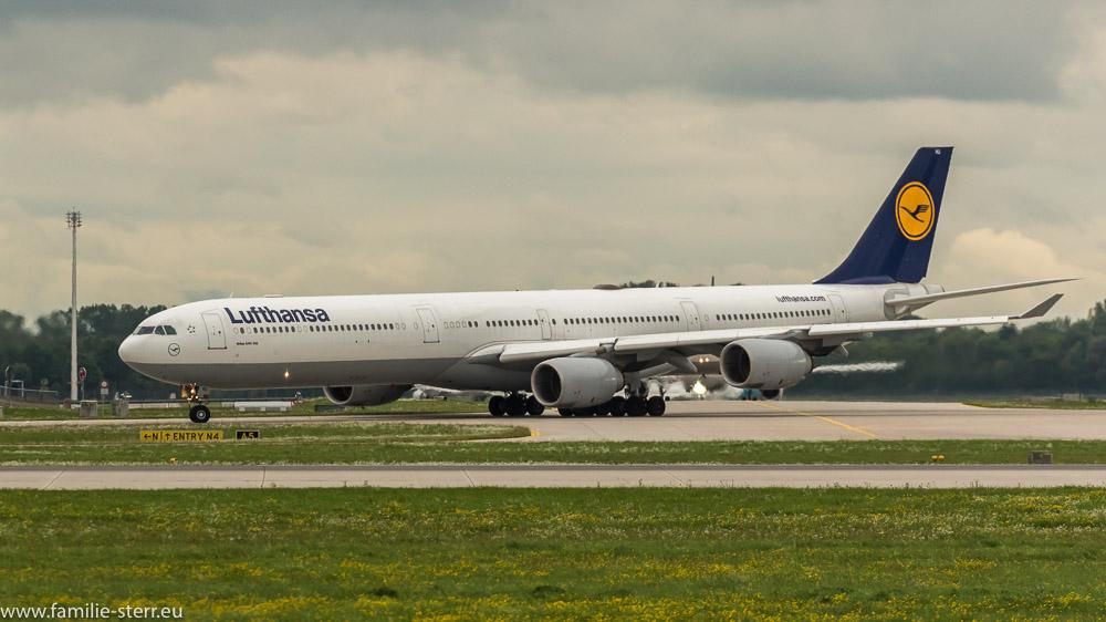 Lufthansa Airbus A 340-600 D-AIHU auf dem Weg zur Startbahn 26R am Flughafen München