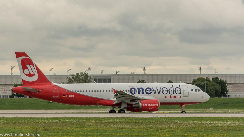 Landung des AirBerlin Airbus A320 auf der Bahn 26R am Flughafen München