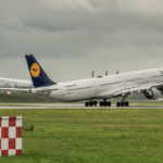 Lufthansa Airbus A 340-600 D-AIHU Take Off auf der Startbahn 26R am Flughafen München