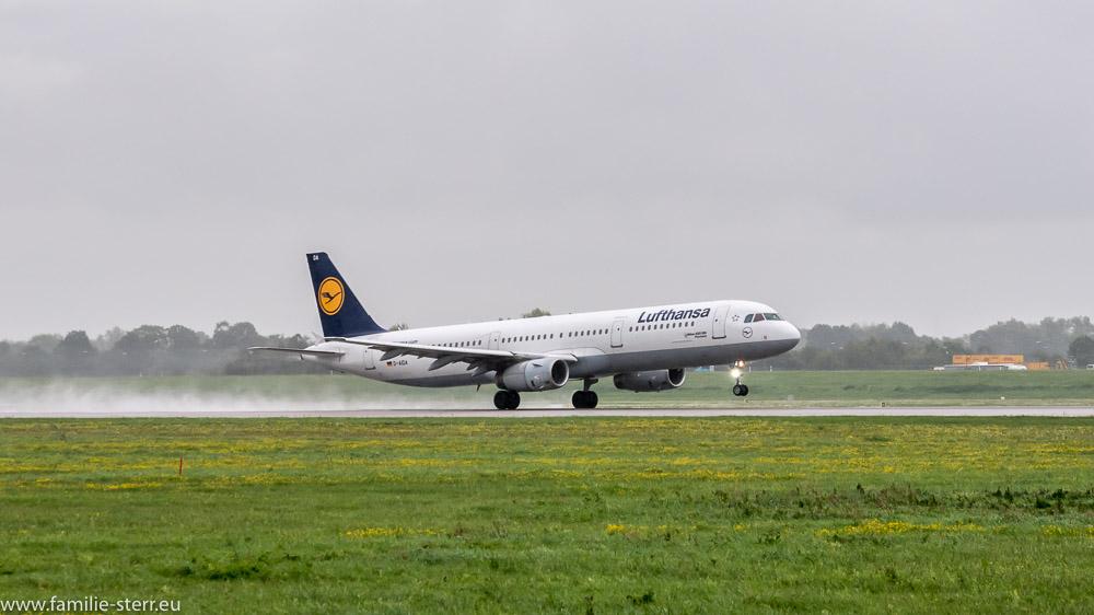 Landung des Lufthansa Airbus A321 D-AIDA auf der Bahn 26R am Flughafen München