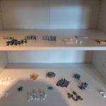 Sortierte Schrauben und Montagematerial für ein Ikea - Bett