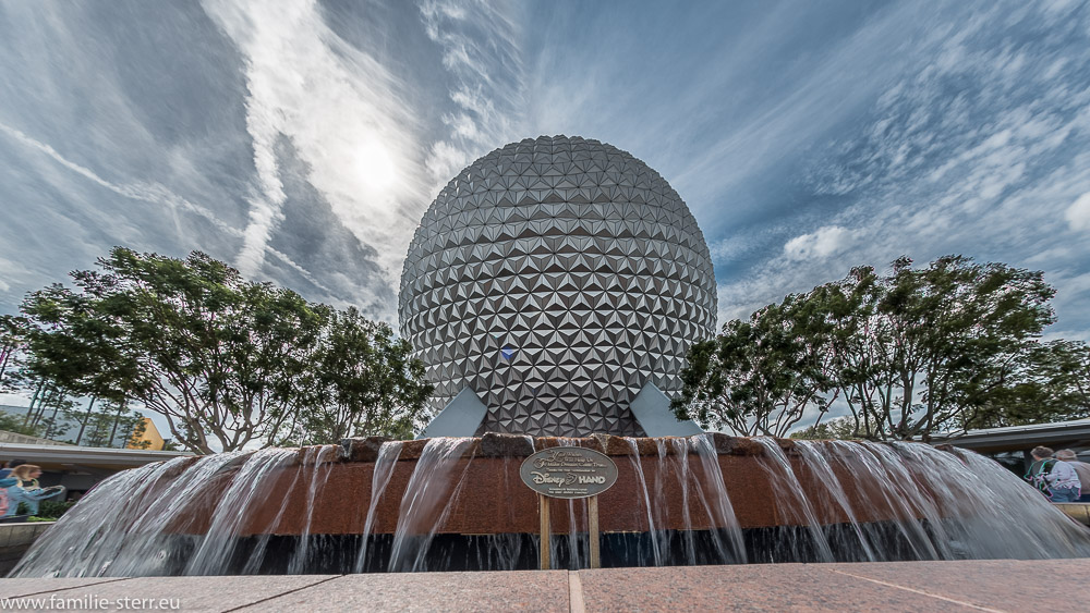 Brunnen vor dem Spaceship Earth am Eingang zu EPCOT Center