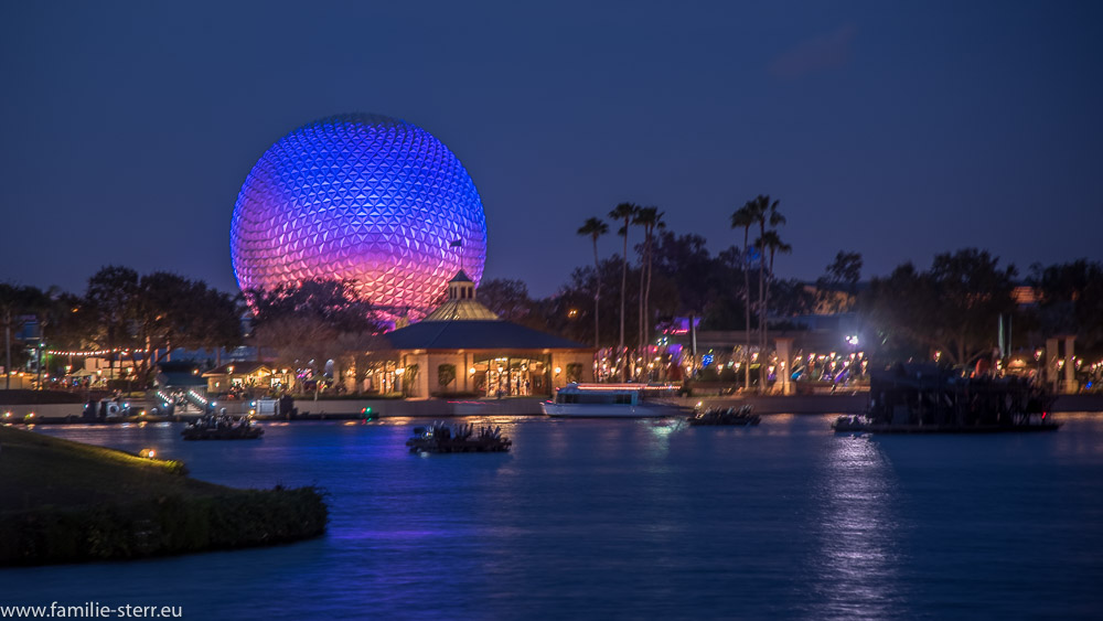 Spaceship Earth hinter World's Showcase Lagoon bei Nacht