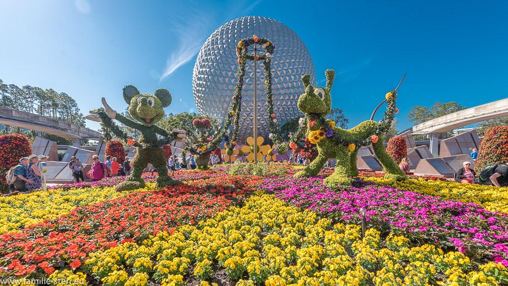 Mickey und Pluto vor dem Spaceship Earth