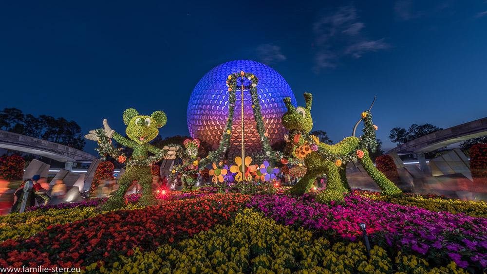 Mickey und Pluto beim Flower and Garden Festival vor dem beleuchteten Spaceship Earth