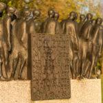 Mahnmal zum Totenmarsch aus Dacheu von Hubertus von Pilgrim am Schloß Blumenberg