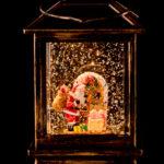 kleines Häuschen mit Weihnachtsmann und künstlichem Schneegestöber
