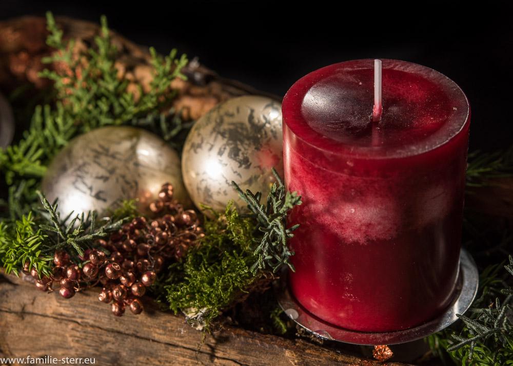 Kerze uniweihnachtliche Dekoration auf dem Adventsgesteck