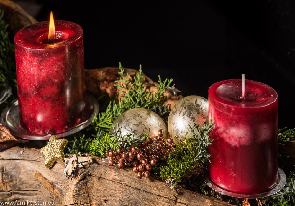Adventsgesteck mit zwei Kerzen und Dekoration