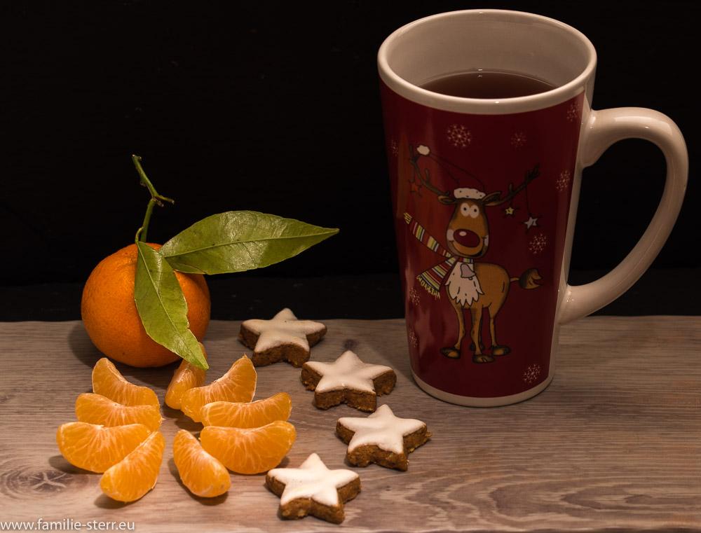 geschälte Clementine und Zimtsterne und dazu einen heißen Tee