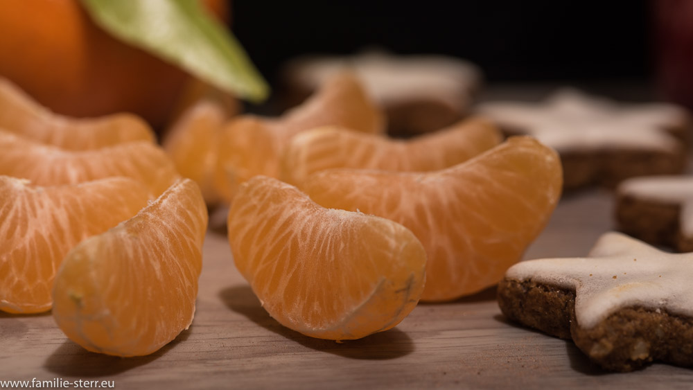 geschälte Clementine und Zimtsterne