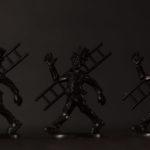Drei schwarze Kamikehrerfiguren vor schwarzem Hintergrund