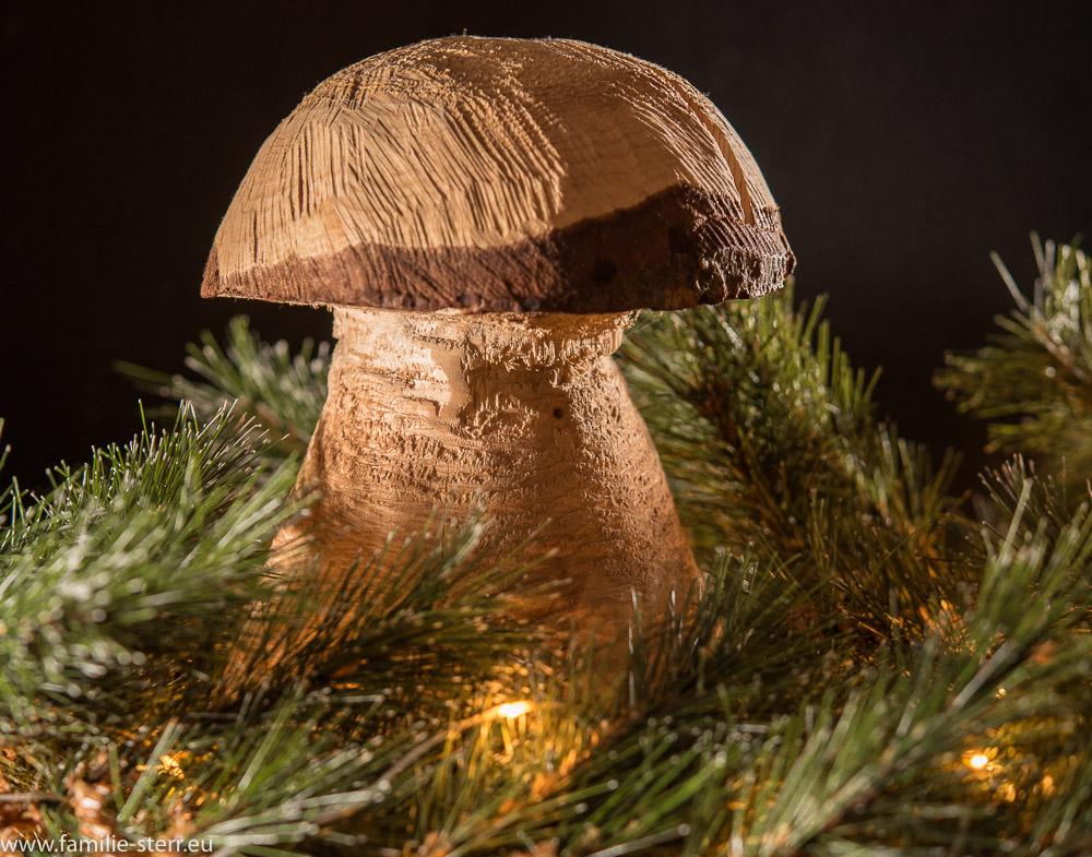 mit der Kettensäge geschnittener Holzpilz als Weihnachtsdekoration