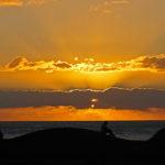 Sonnenuntergang bei La Gomera, Angler auf einem Felsen