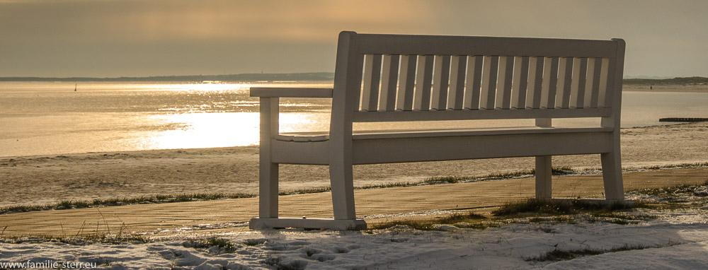 Eine Bank am Strand auf Sylt im Sonnenuntergang