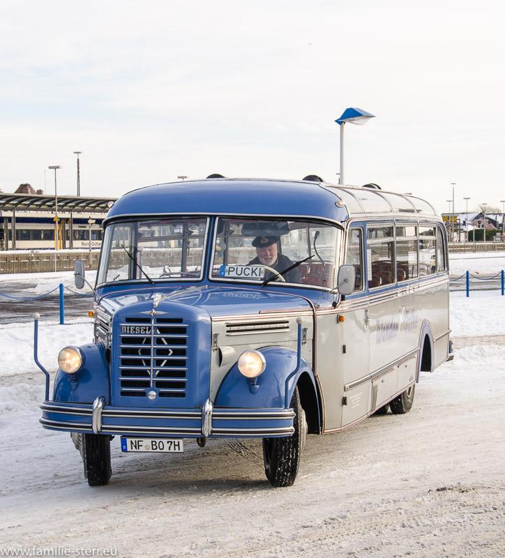 Ein historischer Bus vor dem Bahnhof Westerland / Sylt