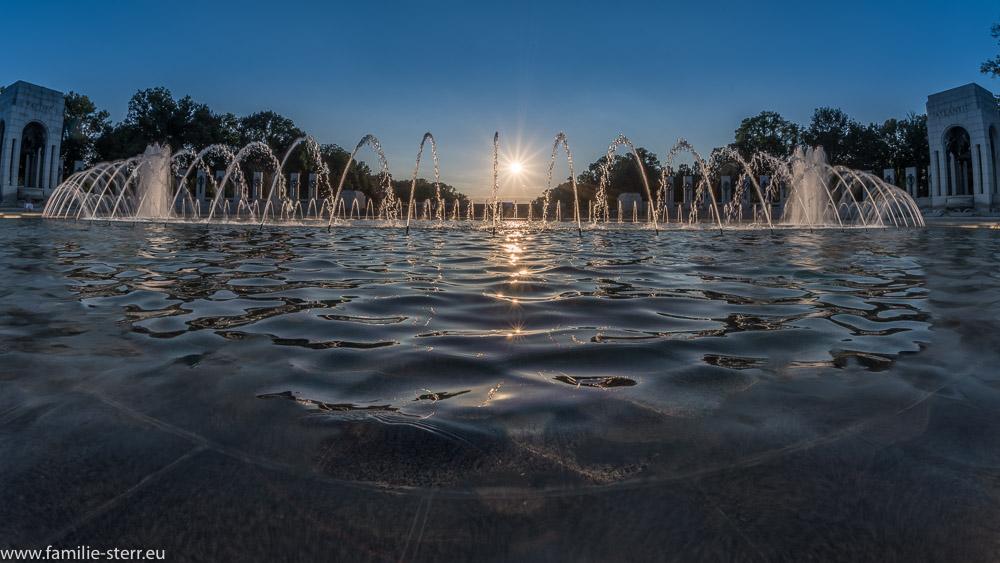 tiefstehende Sonne hinter dem WW-II Memorial in Washington DC