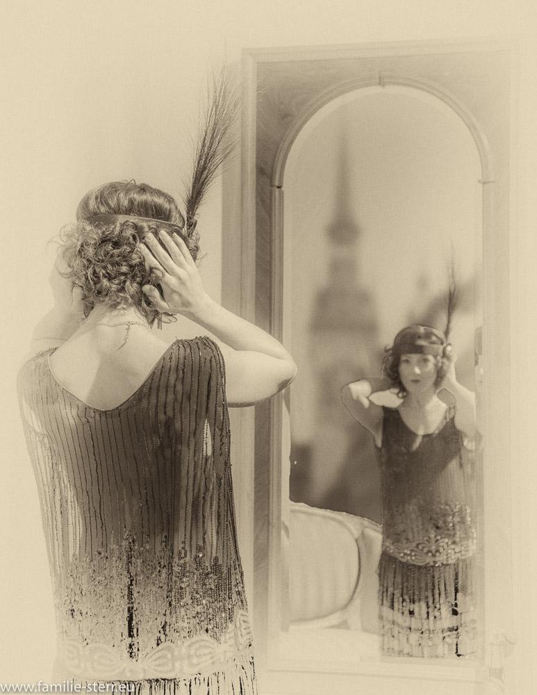 Anna in einem fast durchsichtigen 20er Jahre Kleidchen vor dem historischen Spiegel