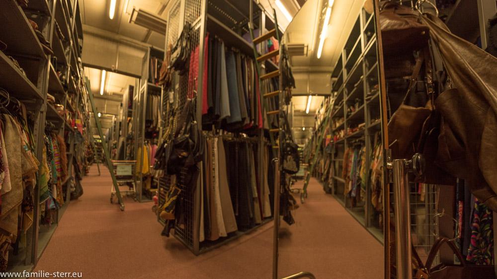 Kleiderständer im Kostümfundus in den Bavaria Filmstudios in München