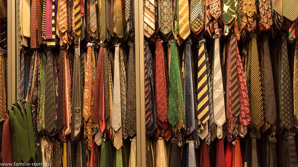 Regale voll mit Krawatten / Kostümfundus der Bavaria Filmstudios