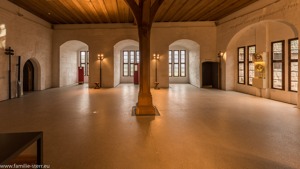 Saal mit beherrschende Eichensäule im Alten Schloss / Burg Cadolzburg