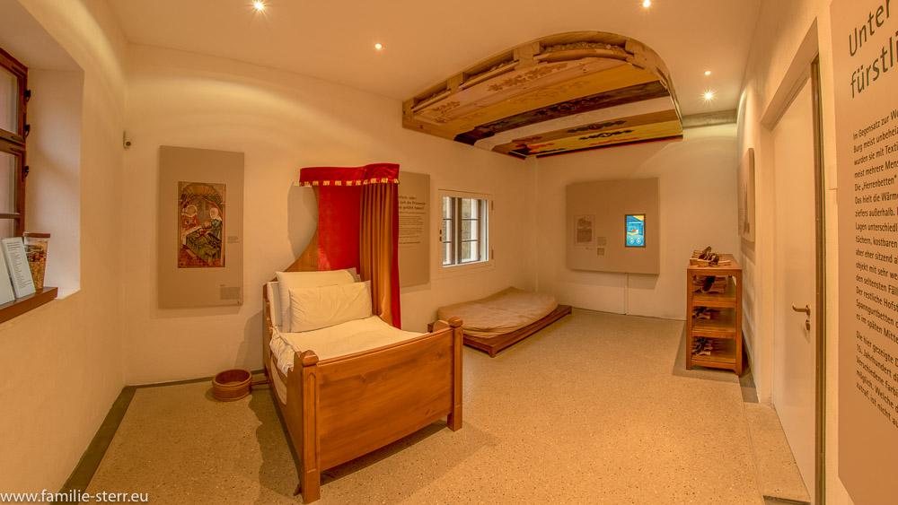 Fürstliche Schlafkammer mit Fürstenbett und Schlafgelegenheit für die Diener