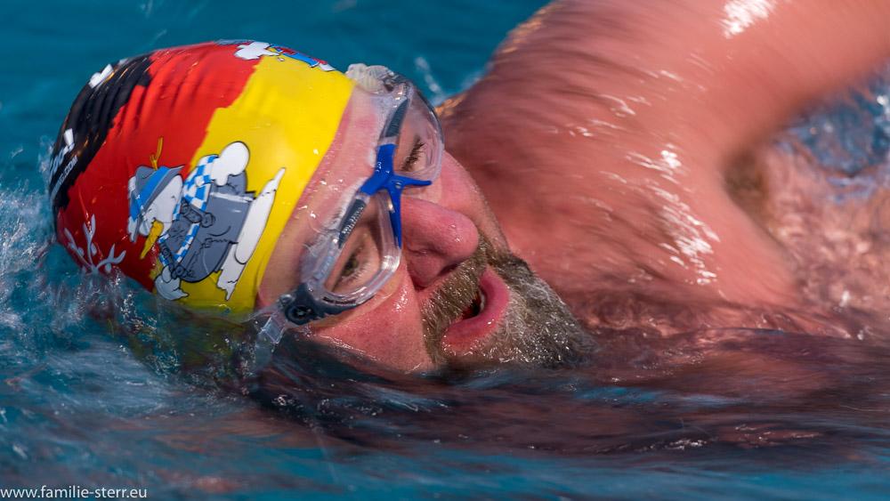 Nahaufnahme eines Schwimmers auf der 1000m-Strecke beim Eissxcheimmen im Veitsbad Veitsbronn