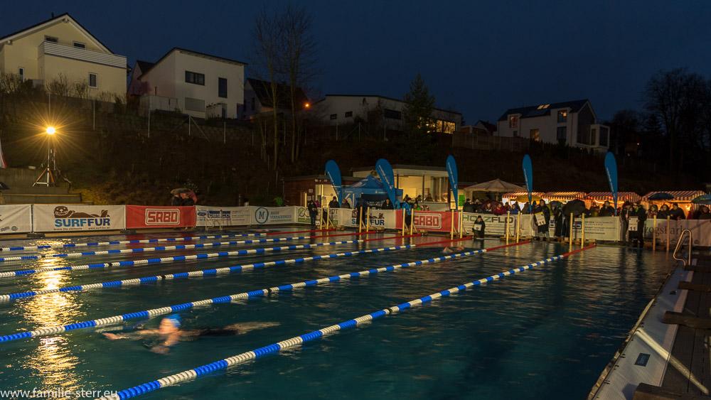 nächtliches Veitsbad in Veitsbronn mit Schwimmern