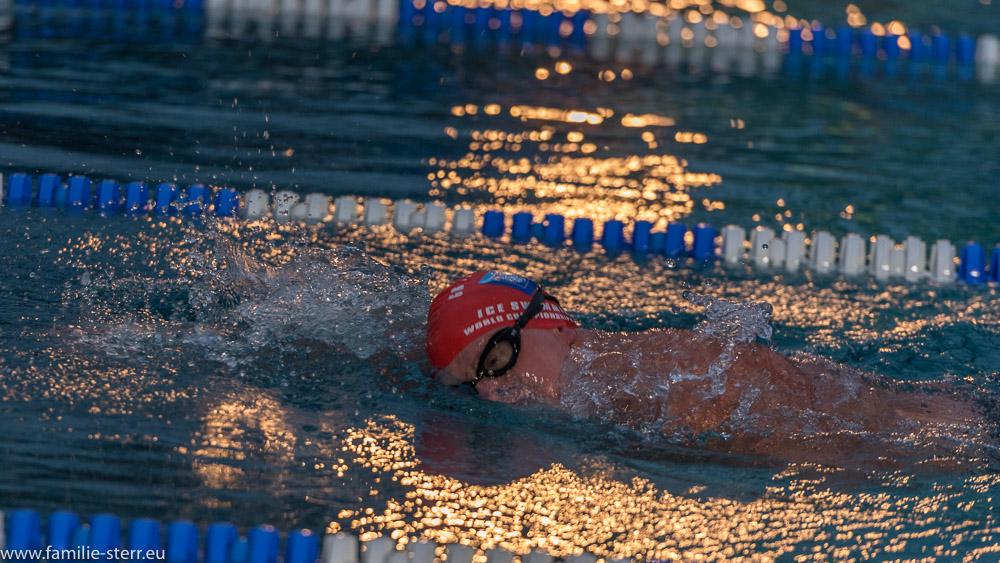 Schwimmer im Veitsbad beim Eisschwimmen im Lichtschein der nächtlichen Beleuchtung