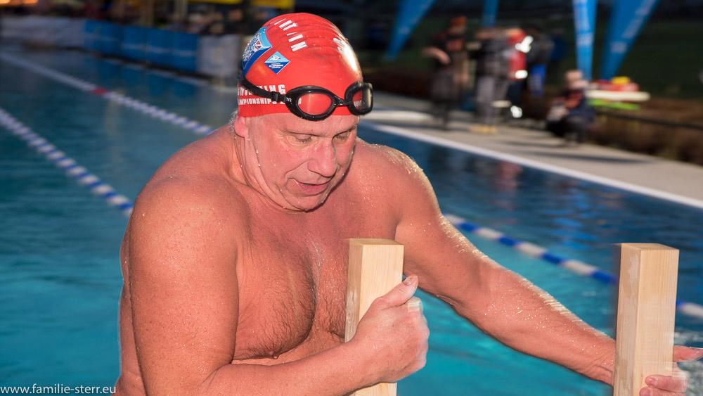 Schwimmer nach dem 1000m - Wettbewerb bei den Eisschwimm - German Open 2018 in Veitsbronn