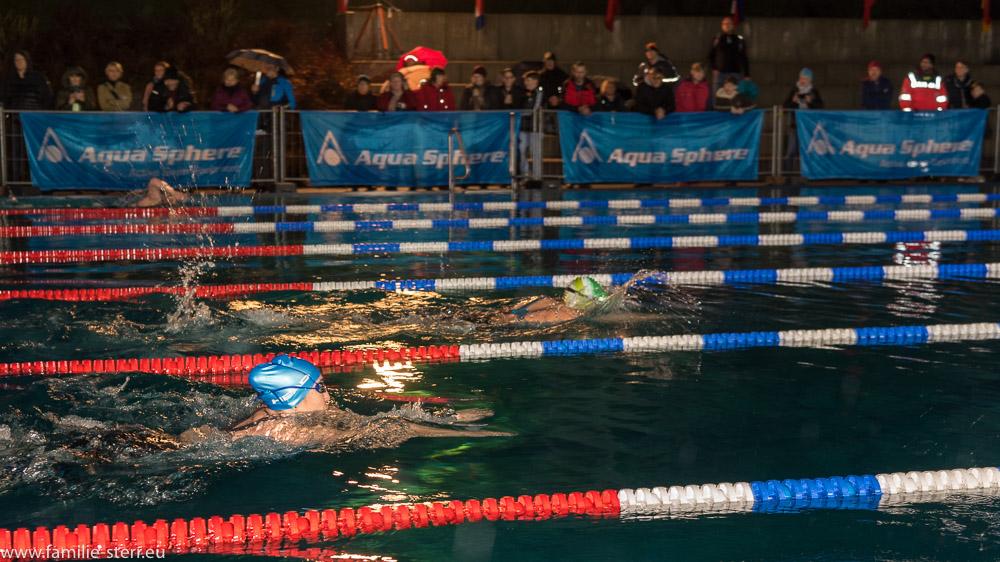 Schwimmerinnen beim 1000m - Wettbewerb in einem nächtlichen Rennen im Veitsbad in Veitsbronn