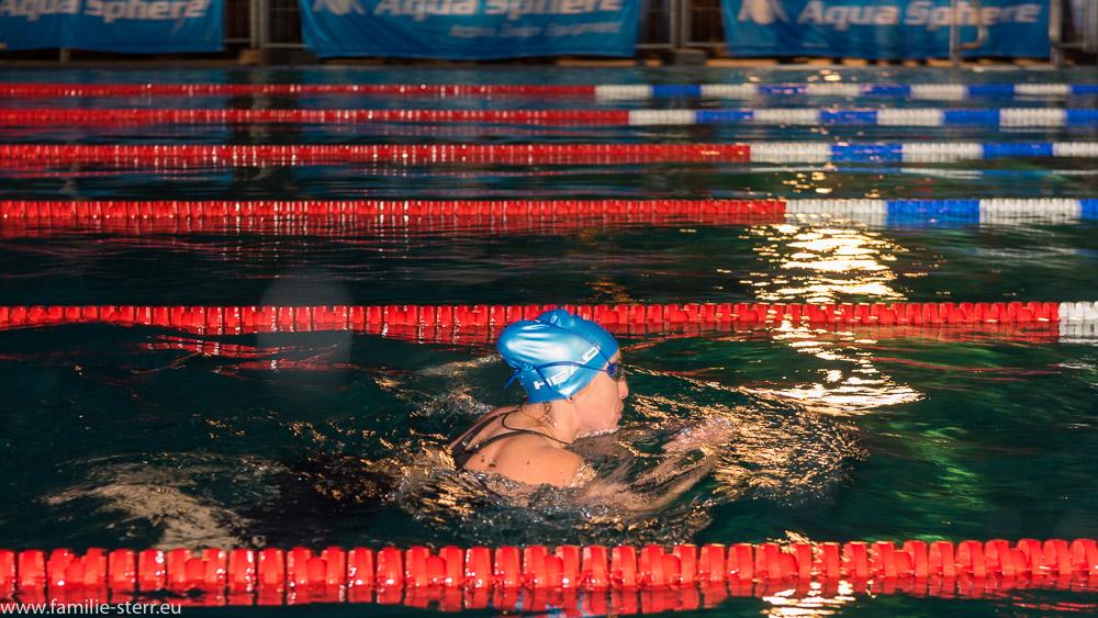 Schwimmerin im eiskalten Wasser bei den Einschwamm - German .- Open 2018 in Veitsbronn bei Nacht