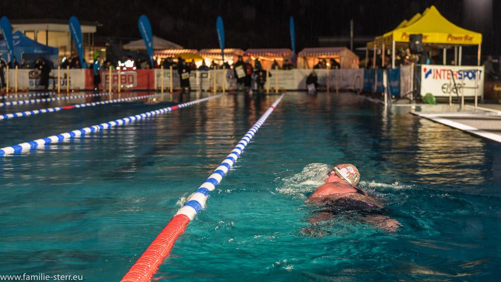 Schwimmer im nächtlichen Veitsbad in Veitsbronn bei den German Open im Eisschwimmen 2018