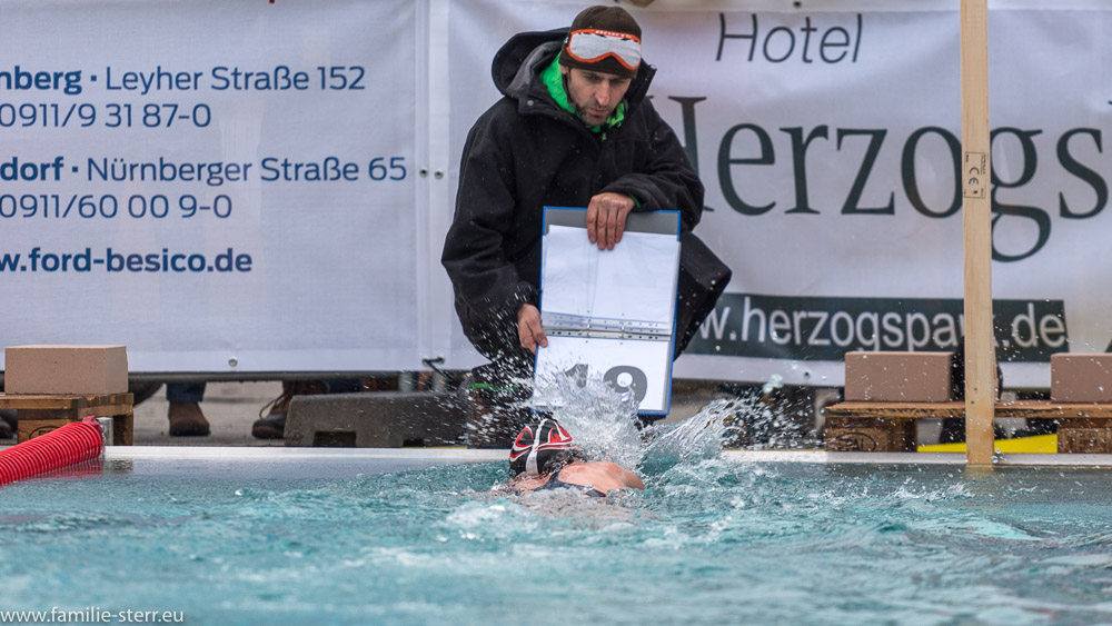 Schwimmerin und Kampfrichter bei der Wende / Eisschwimmen German Open 2018 in Veitsbronn