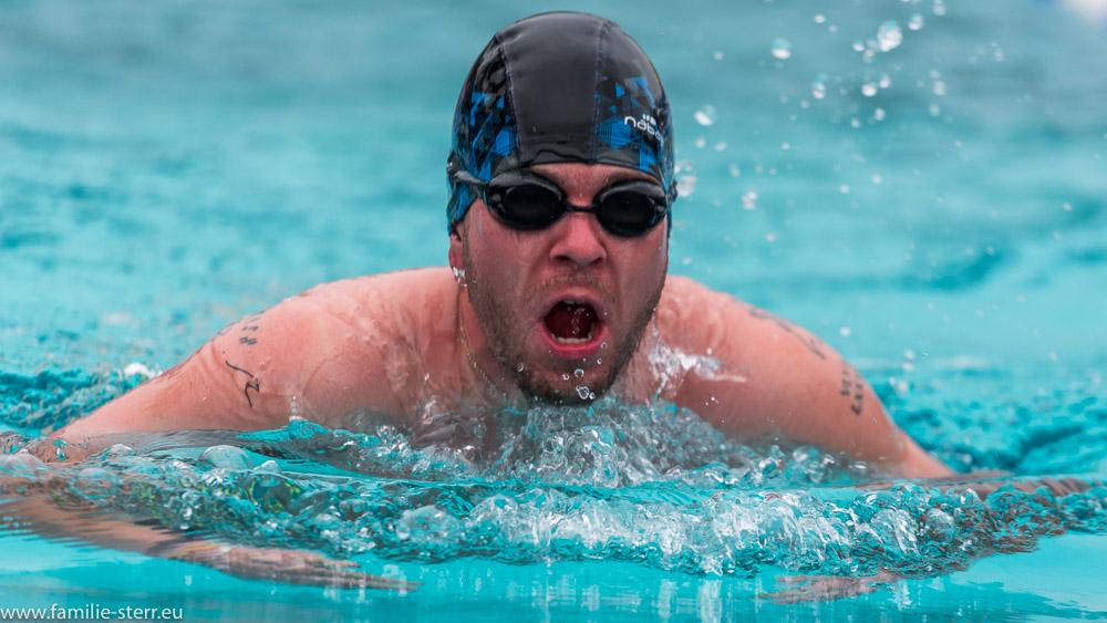 Ein Schwimmer im Bruststil auf der 1000m - Strecke bei den German Open 2018 im Eisschwimmen in Veitsbronn