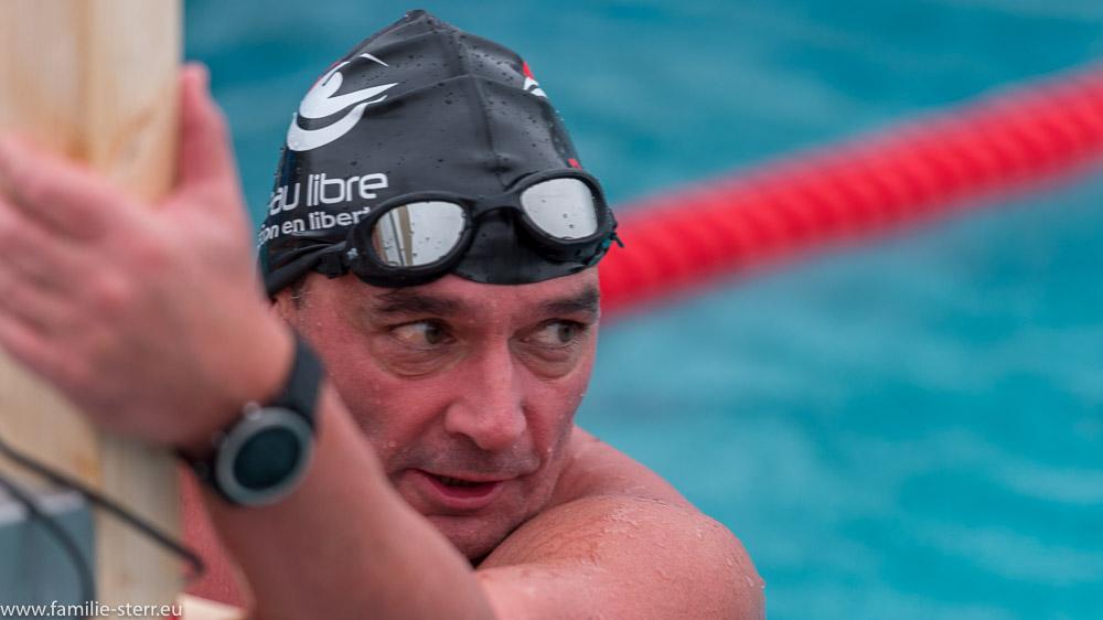 Schwimmer am Ziel nach 1000. Schwimmen im eiskalten Wasser