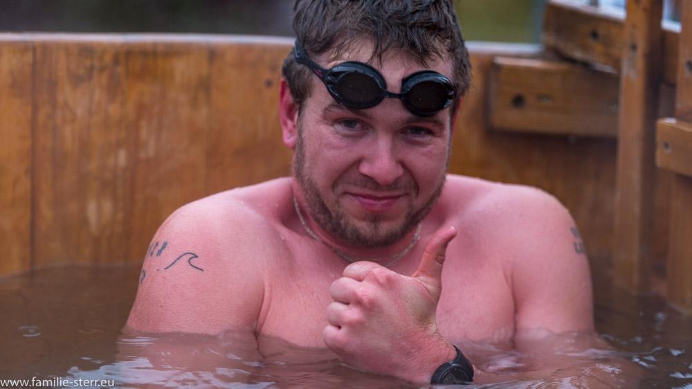 Schwimmer in einem Warmwasser - Zuber zur Erholung nach dem Eisschwimmen