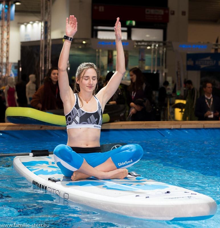 Yoga auf einem Board im Wasser / Vorführung bei der ISPO 2018 in München