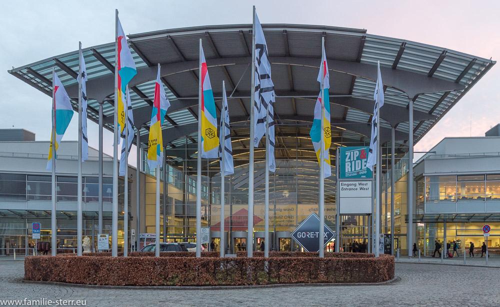 Beflaggter Eingang West der messe München vor dem Beginn der ISPO 2018