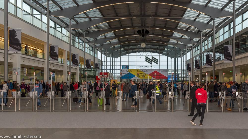 die ersten Besucher warten auf den Beginn der ISPO 2018 am Eingang West der Messe München
