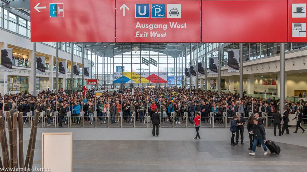 großer Andrang an Besuchern vor der Eröffnung der ISPO 2018