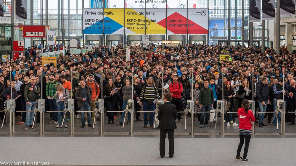 immer mehr Menschen drängen sich zum Eingang der ISPO 2018 und warten auf die offizielle Eröffnung